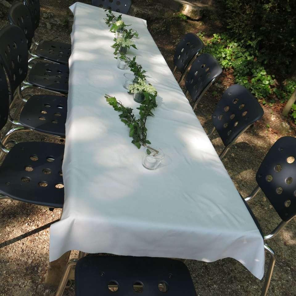 An jedem Tisch haben 10 Gäste Platz