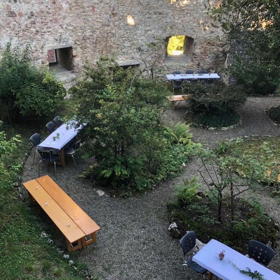 Tische im Schlossgarten