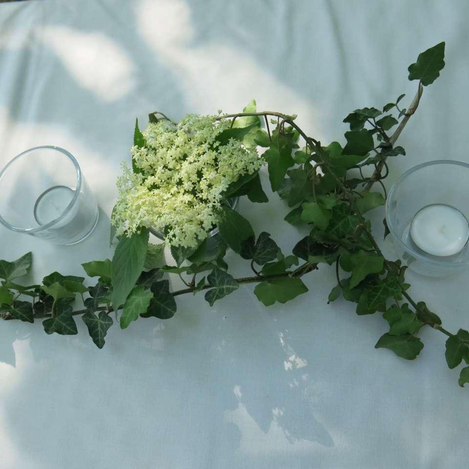 Weisse Holunderblüteh, Efeu und Kerzen